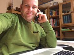 Referent für Öffentlichkeitsarbeit, Sebastian Bartels, am Telefon