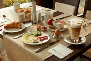 Bild zeigt gedeckten Frühstückstisch im H+Hotel Halle-Leipzig