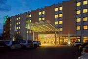 Bild zeigt das H+Hotel Halle-Leipzig bei Nacht